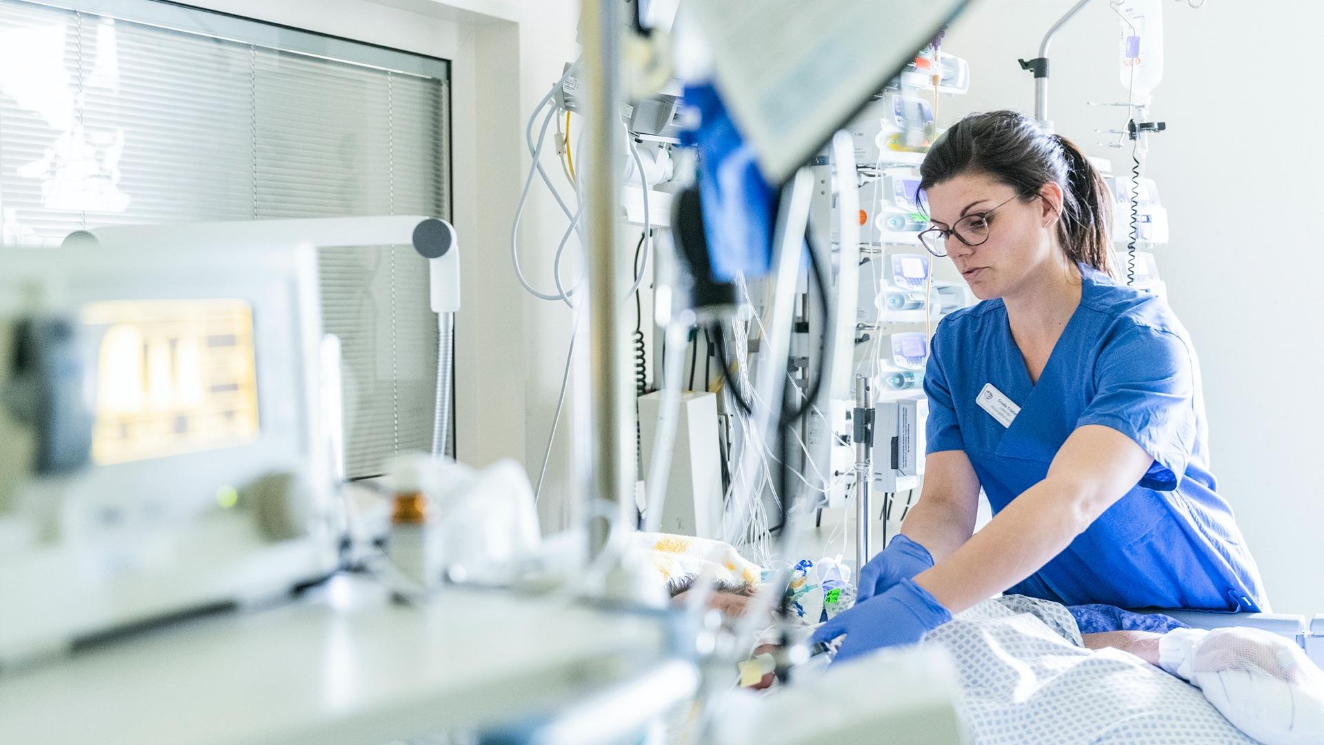 Medizinische Fachkraft betreut Patienten auf der Intensivstation