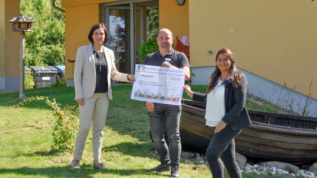 Elke Hirsch, Geschäftsführerin der Doceins Lungenklinik Neustadt, Hospizleiter Mike Laschek und Pflegedienstleiterin Nicole Göttig bedanken sich für den Spendencheck der Volksbank Nordthüringen in Höhe von 1.000 Euro