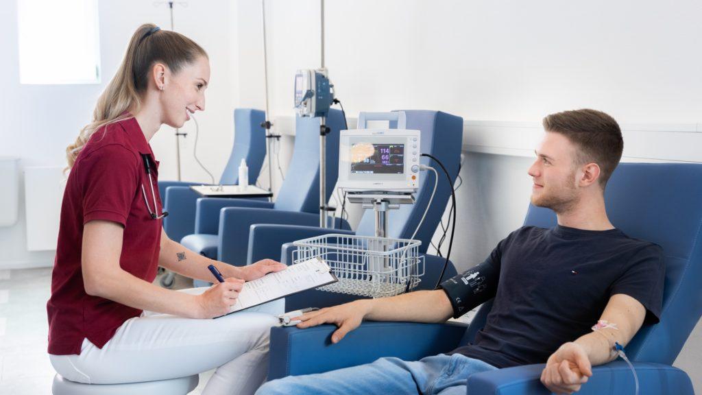Medizinische Fachangestellte überwacht eine onkologische Infusionstherapie