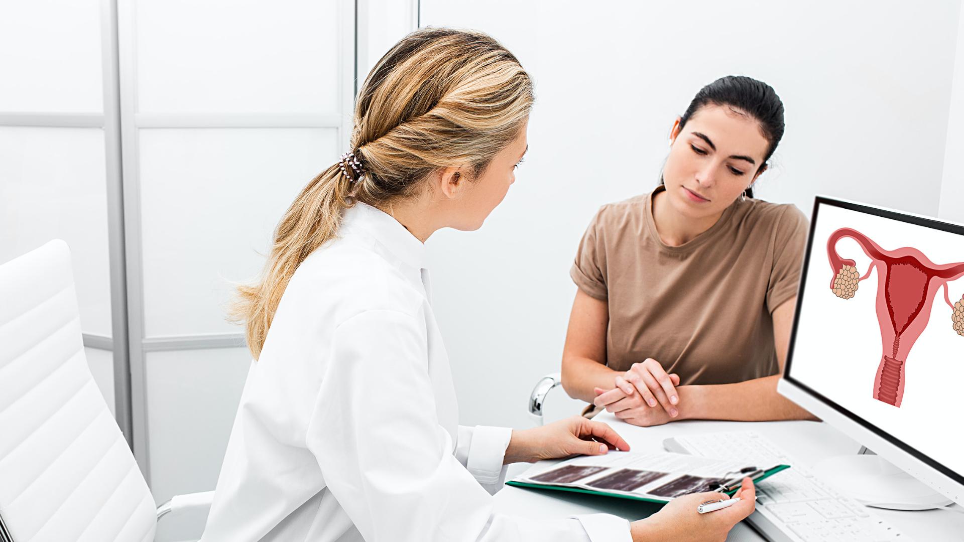 Gynäkologin berät Patientin